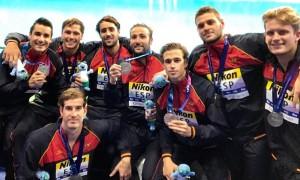 De Toro, agachado, posa con la selección luciendo plata mundial